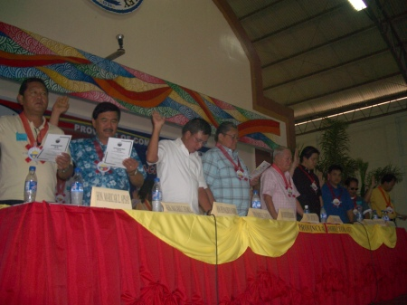 Comval officials lead in the oathtaking and affirmation rite of Lakas-CMD Thursday at ACN Gym in Nabunturan capital town. Almost all municipal officials and barangay captains in the province swear in for the administration party. Third from left is Lakas-CMD regional chairman Davao del Norte Rodolfo del Rosario, and at his right is Comval provincial elder and Compostela Valley's father former Cong. Prospero Amatong. (Rural Urban News photo/cha monforte)